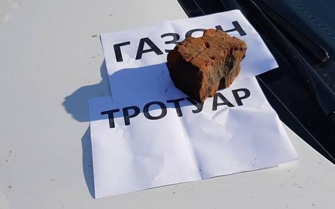 Интеллигентное предупреждение за парковку: кирпичом не желаете?