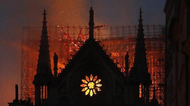 Пожар в Нотр-Дам де Пари: Покидала Богородица Запад