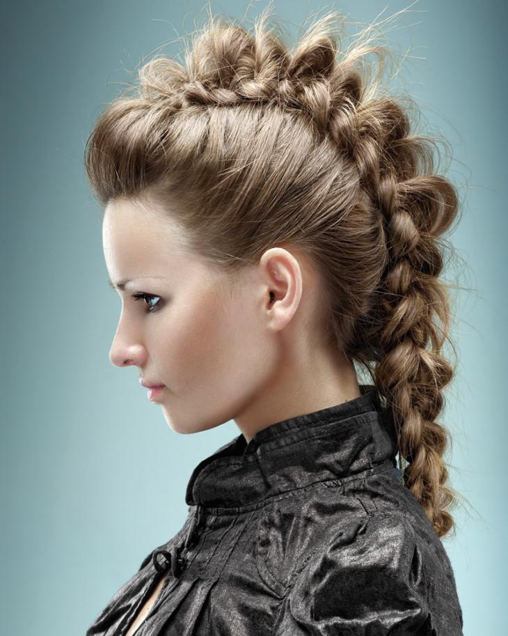 Прически из косичек красиво смотрятся не только на длинных волосах.