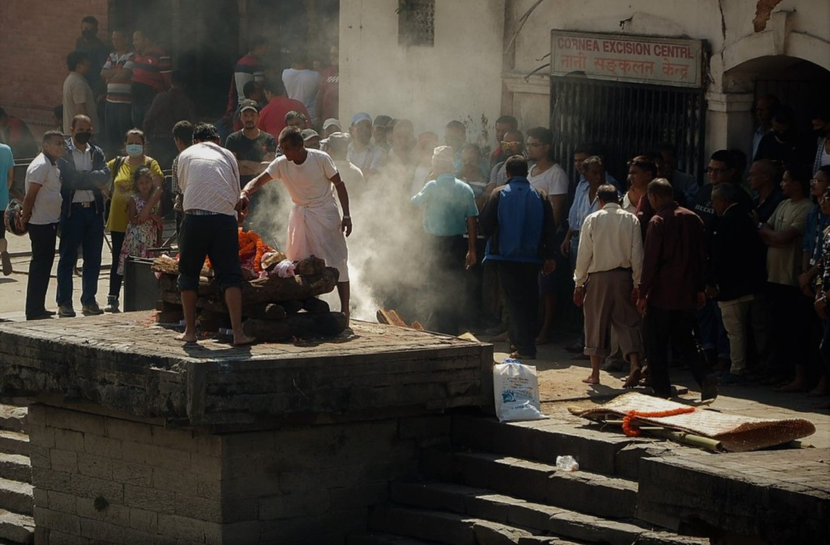 Непальский крематорий в городе немощных стариков