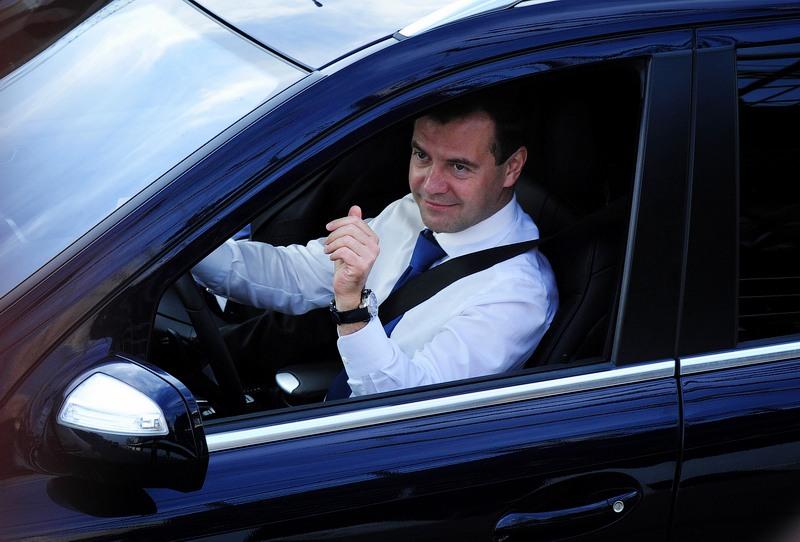 Медведев заявил о невозможности отказа от транспортного налога