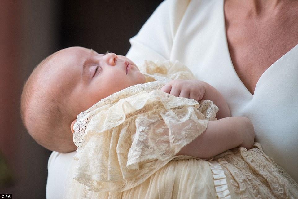 Крестины принца Луи: Кейт Миддлтон и Уильям впервые вышли в свет со всеми детьми — фото