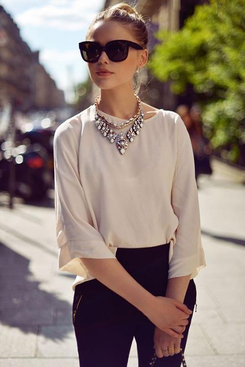 Как носить ожерелье с блузой