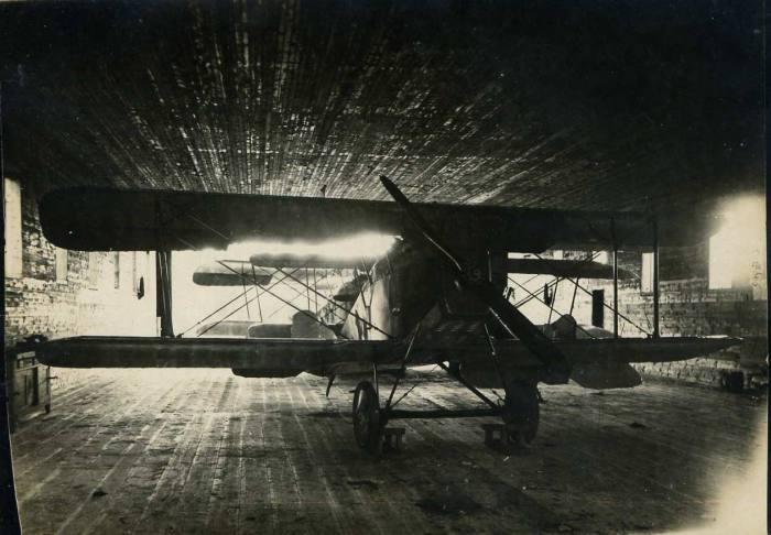 Самолет стоящий в ангаре на ремонте, поврежденный при посадке. Летом 1923 года.