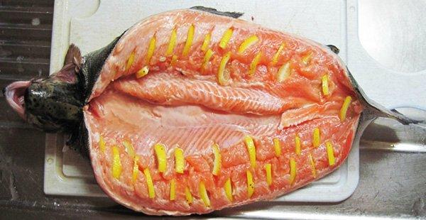 Сколько запекать целую рыбу в духовке