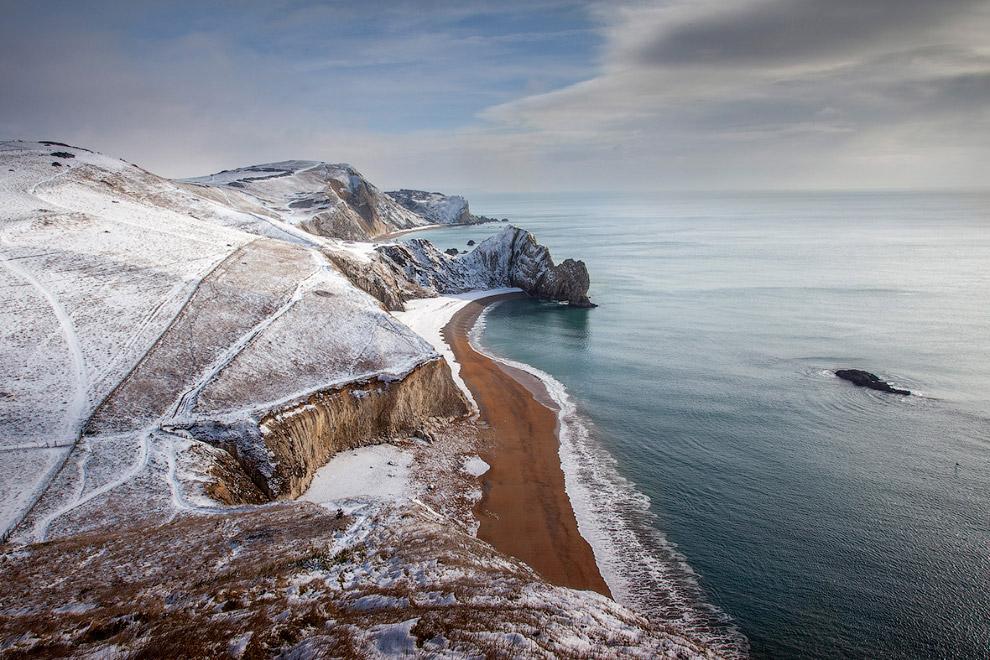 Снежное побережье в графстве Дорсет, Англия