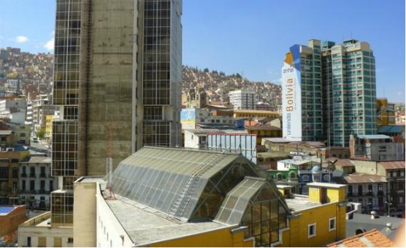 Ла-Пас, город в кратере вулкана, расположен в Боливии.