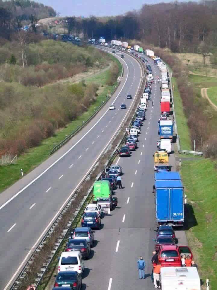 Вот так в Германии стоят в пробках, создавая полосу для движения спец транспорта