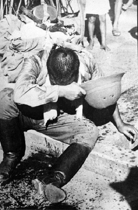 Солдат, сделавший себе харакири после известия о капитуляции Японии во Второй мировой войне. | Фото: thevintagenews.com.