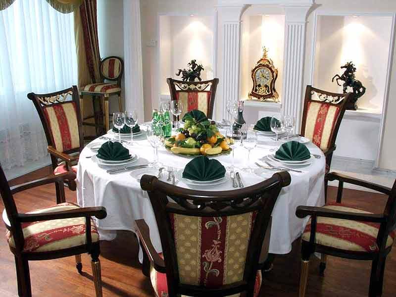 На кухню круглый стол поставишь - и очень скоро выйдешь замуж...