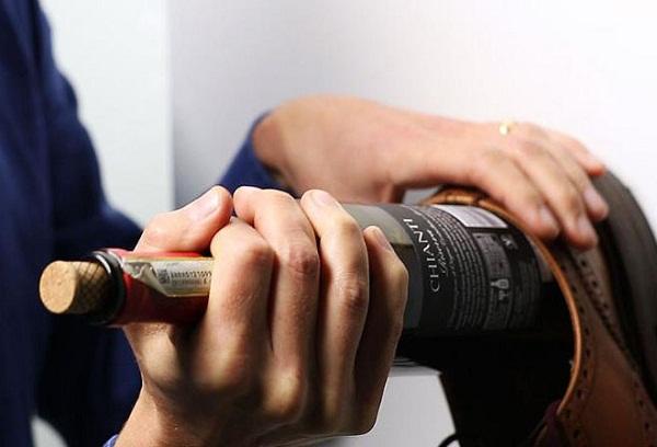 Как можно открыть бутылку с вином, если нет штопора