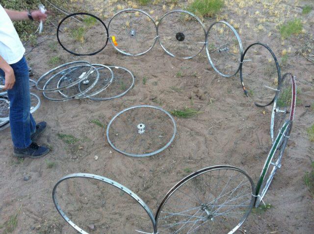 Семья сделала очень необычную вещь на своем участке с помощью старых колес