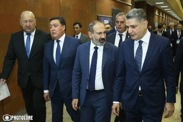 """III Международный форум """"Евразийская неделя"""" стартовал в Ереване, Пашинян ознакомился с выставочной экспозицией"""