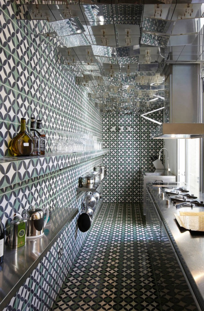 Мелкий узор керамической плитки и зеркальный потолок на маленькой узкой кухне