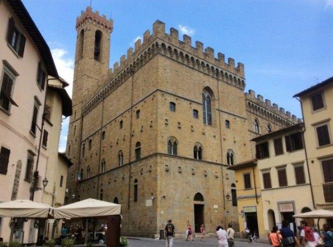 Общественное укрепленное здание в Средние века служило тюрьмой но с 1865 года стало музеем где демонстрируются сокровища итальянской скульптуры 1417 веков