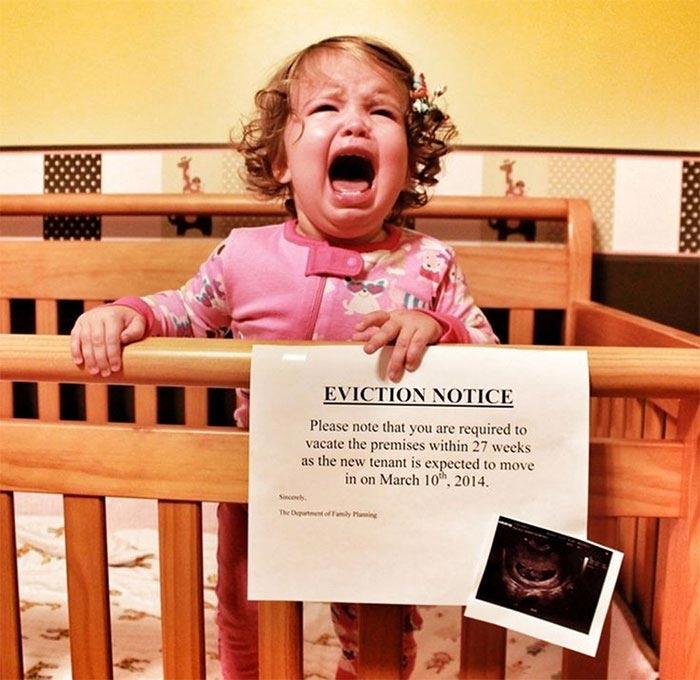 Недовольные дети, которые явно не рады появлению в семье ещё одного ребёнка