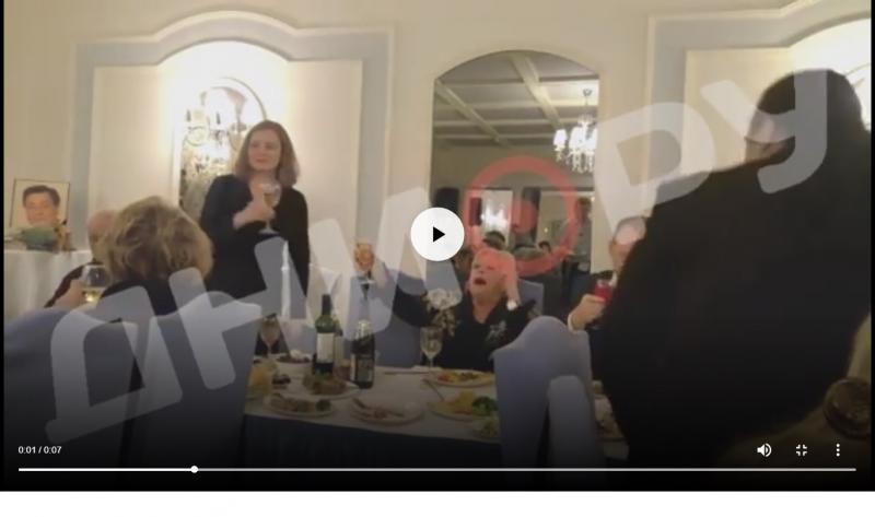 Веселая вдова Караченцова на поминках пила шампанское и кричала: