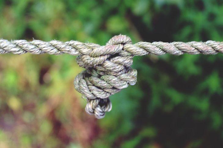 Верёвка и мыло: пенсионерка сделала депутату подарок