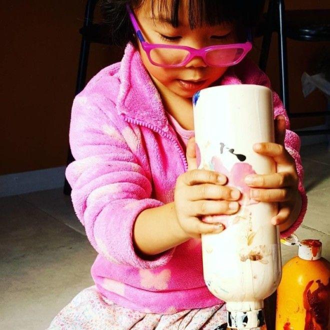 Пятилетняя художница продает свои абстрактные картины и отдаёт деньги детям