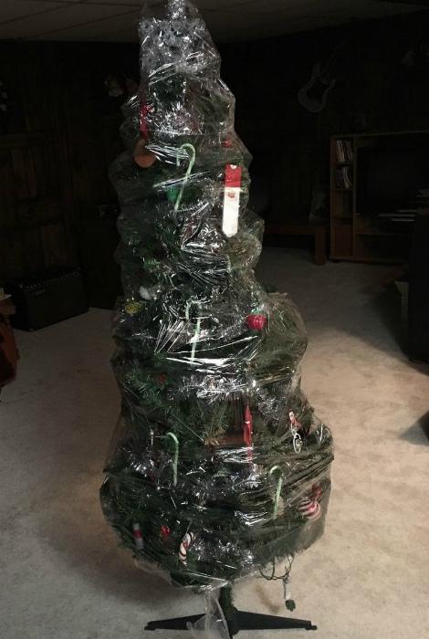 Упаковка новогодней ёлки.
