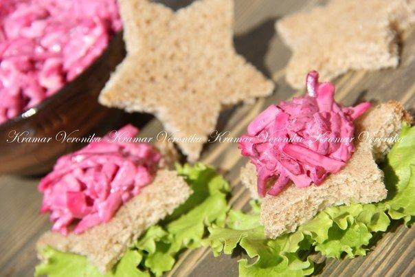 Вкусный и в меру пикантный свекольный салат с сыром и яйцом