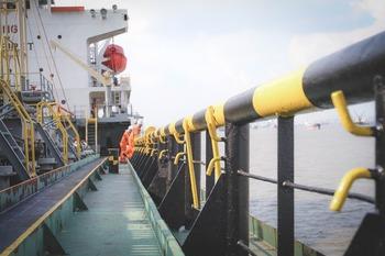 Танкер с российским газом для США  изменил курс посреди Атлантики