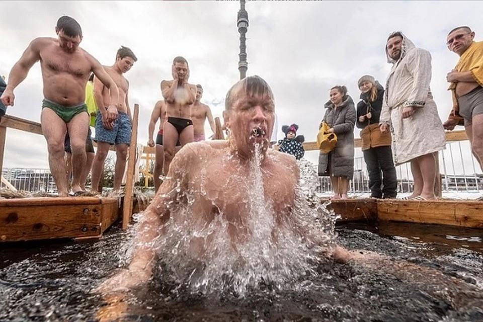 В Ростовской области тысячи людей поучаствовали в крещенских купаниях