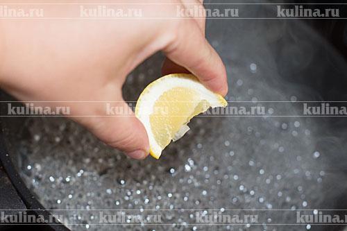 Влить сок лимона.