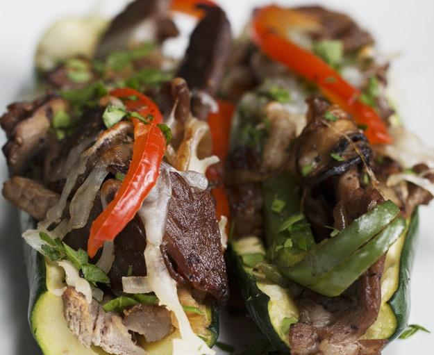 Это блюдо покорило меня навсегда — лодочки из цукини с сочными стейками и овощами