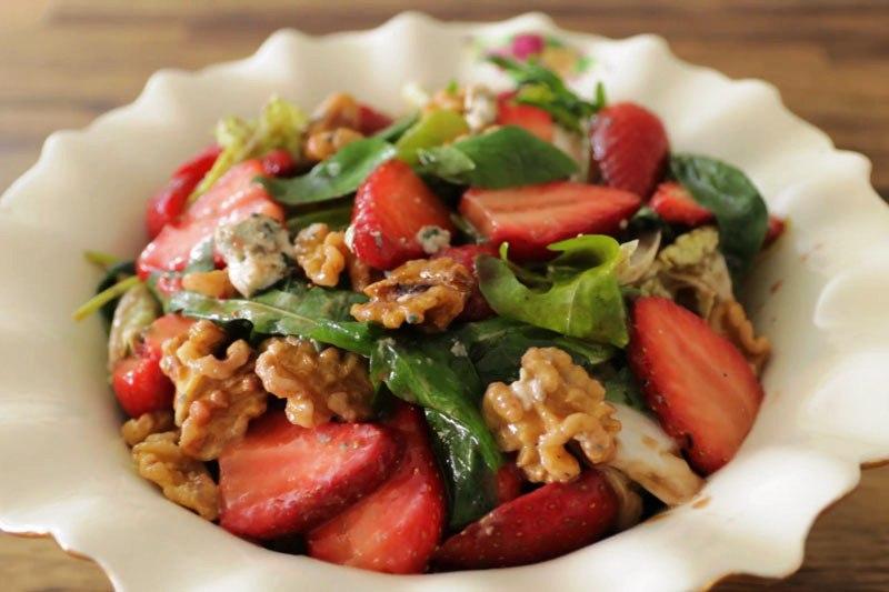 как приготовить салат  клубникой и орехами