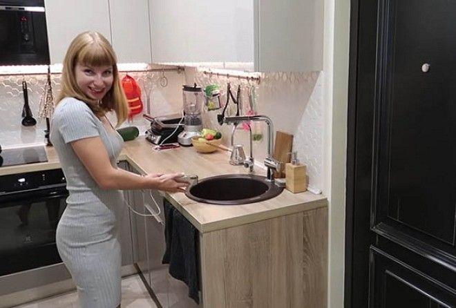 Из коридора в однокомнатной квартире сделали полноценную кухню.
