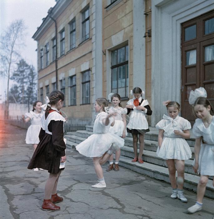 Школьницы во дворе школы.
