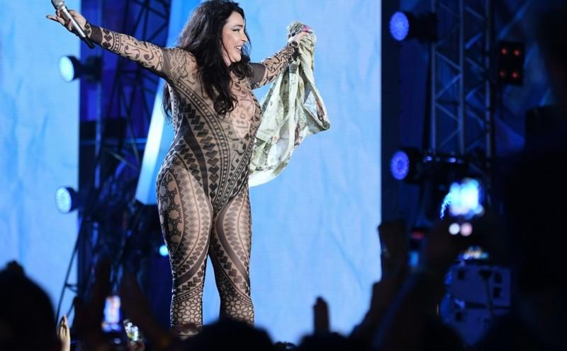 Лолита сорвала с себя одежду на сцене