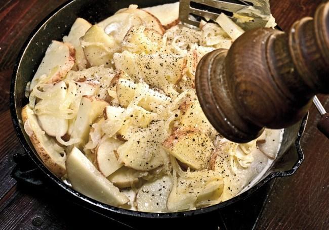 добавление соли и черного перца при приготовлении томленого картофеля