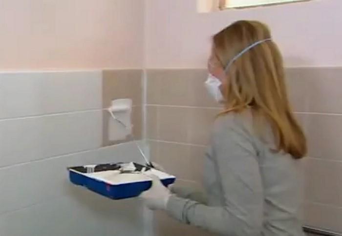 Быстрый ремонт в маленькой ванной комнате - идея покрасить плитку  совсем не плоха!