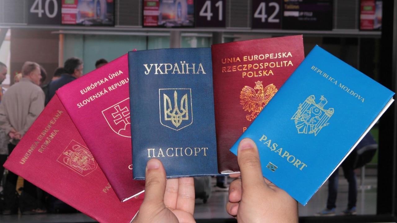 Вести ua: Россияне терпят унижения ради украинского паспорта