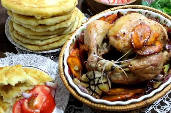 Запеченная курица с глазированной морковью и лепешками жэймя |