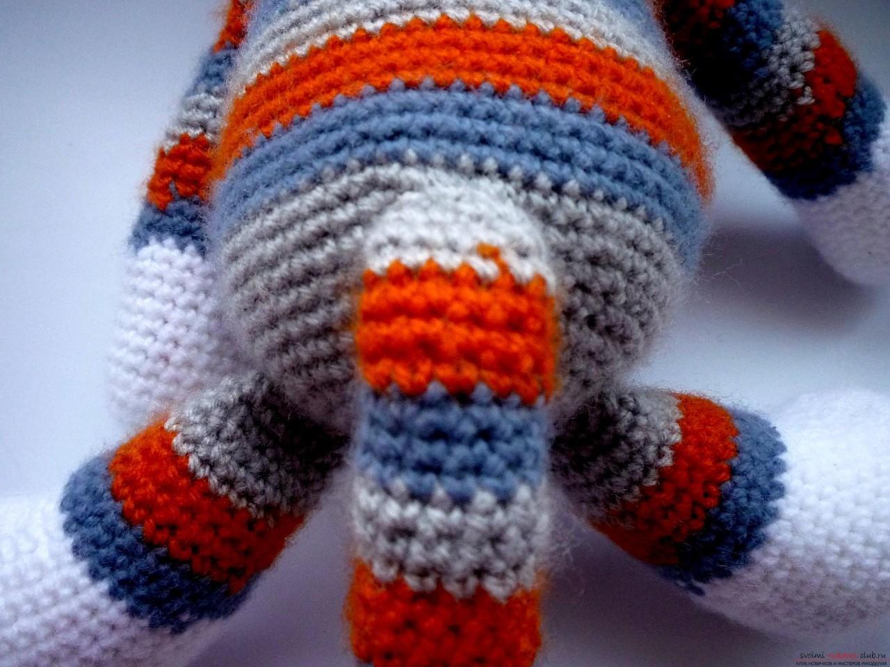 По нашему подробному мастер-классу вязания крючком игрушки получается полосатый вязаный кот.. Фото №21