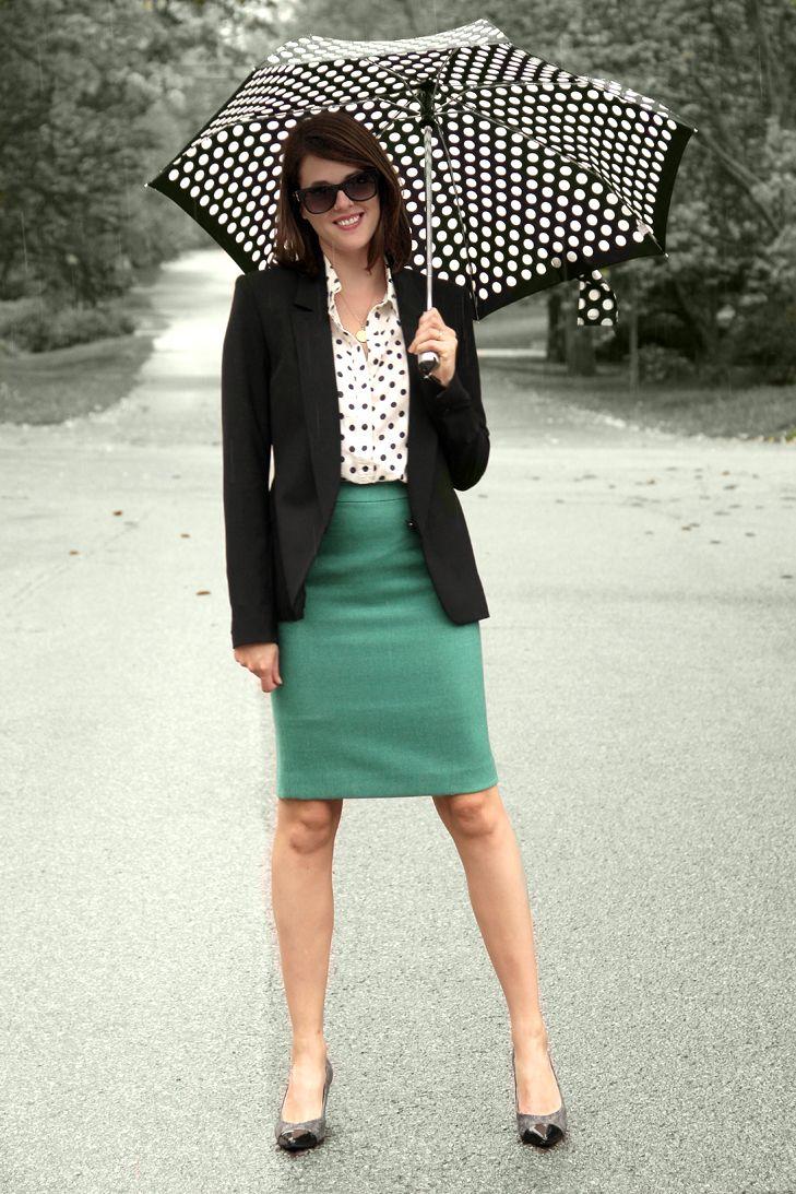 Зеленая юбка в сочетании с черным жакетом и блузкой в темный горох