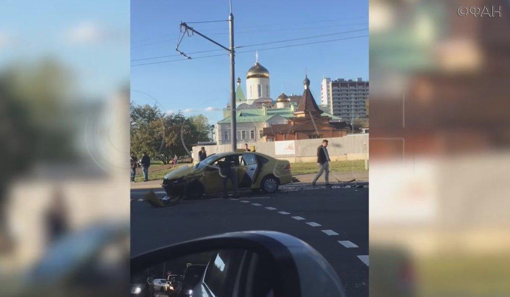 Infiniti протаранила такси в…