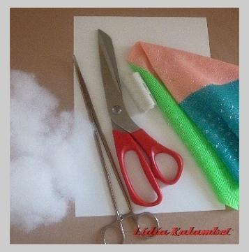 Для работы нам понадобится: трикотажная ткань хорошей растяжимости (можно старые кофточку. свитерок мелкой структуры) гладкий или фактурный однотонный или цветной, ножницы, нитки. иголка, картон плотный или пластик (можно будет стирать), холофайбер, мед. зажим для выворачивания мелких деталей и для их наполнения холофайбером.