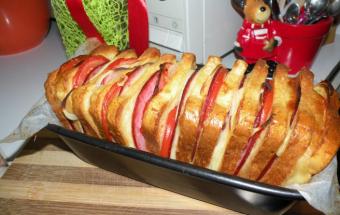 Запеченный хлеб с сыром и колбасой