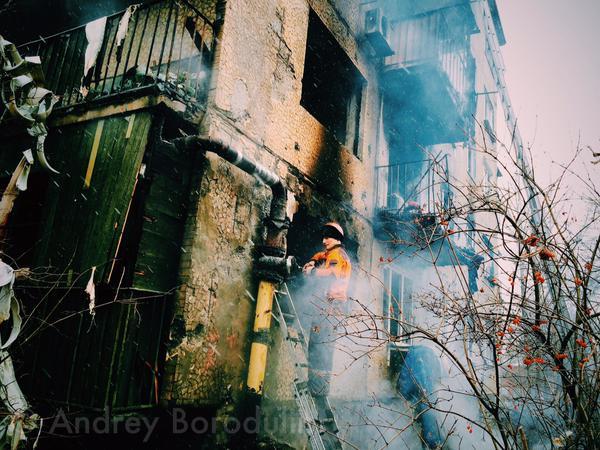 """Российский журналист Андрей Бородулин сообщил, что около полудня снаряд ВСУ сжёг подъезд в районе """"Площадка"""" в Донецке, в паре километров от химзавода."""
