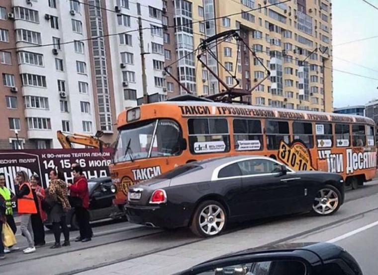 Водитель Rolls-Royce после поездки с Анной Семенович протаранил трамвай