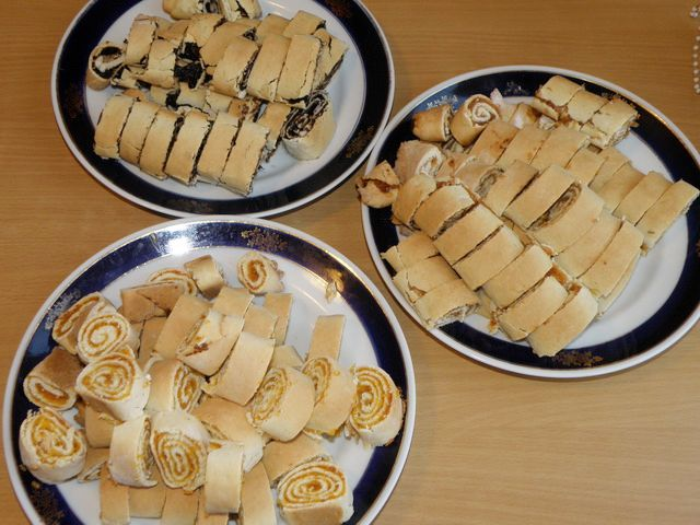 Готовые рулеты нарезать порционно толщиной в 2-3 см.. пошаговое фото приготовления торта Трухлявый пень