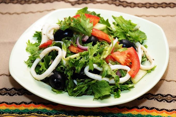 Салат с кальмарами и овощами