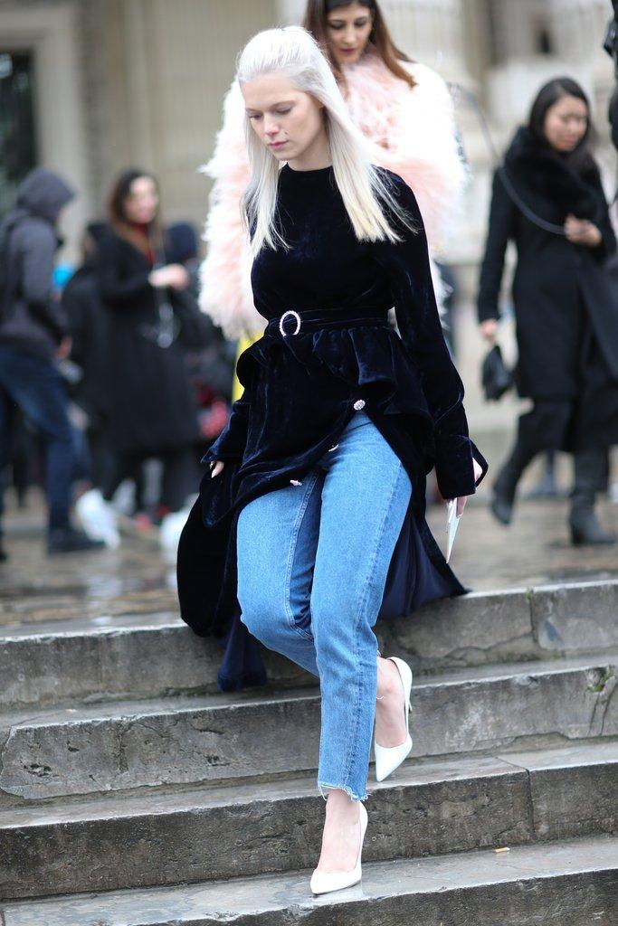 Девушка в джинсах и бархатном платье