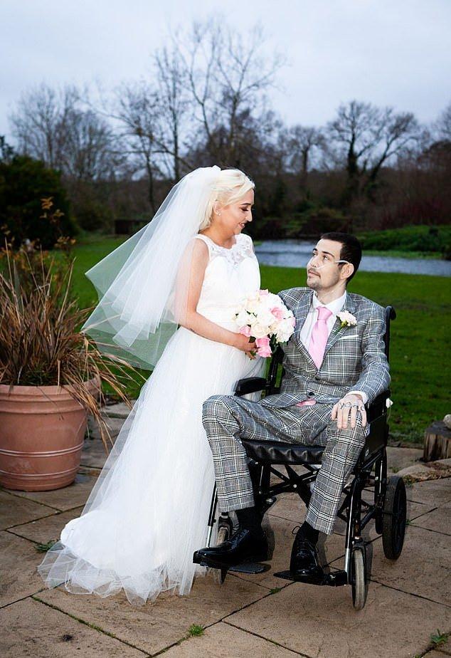 Парень, которому осталось жить пару недель, женился на девушке с той же судьбой