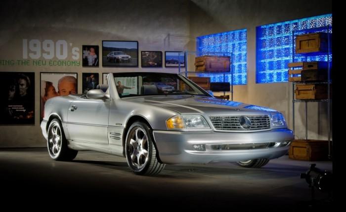 Под капотом спортивного Mercedes-Benz 600SL скрывается по-настоящему огромный мотор. | Фото: cheatsheet.com.