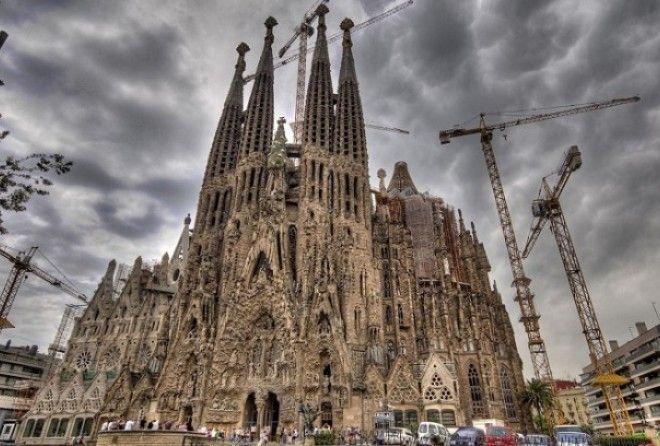 Одним из основных украшений Барселоны (Испания) считается Саграда Фамилия, или Храм Святого Семейства...